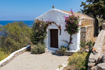 Pequeña iglesia al lado del mar