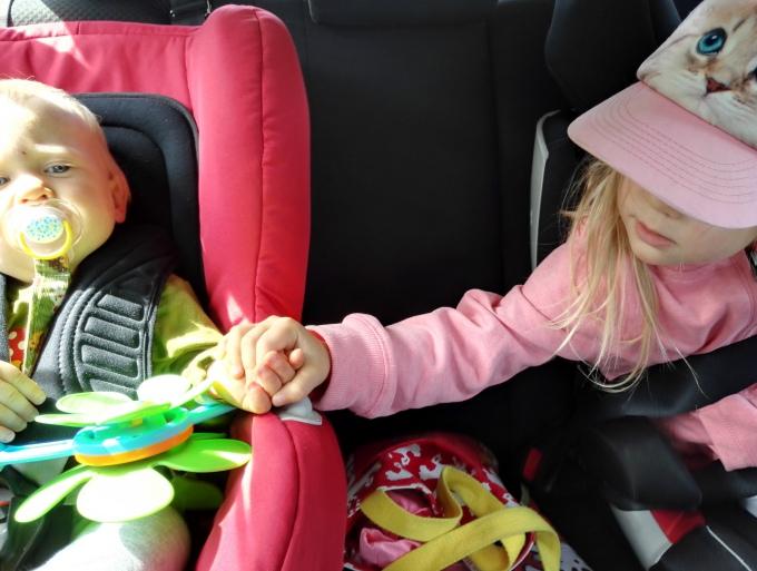 Lasten kanssa autoilu, miten siitä selviää - vinkit automatkoille /  Autonistuimina Britax Versafix ja Cybex Solution x-fix