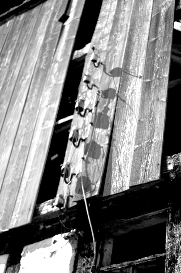 Blog + Fotografie by it's me! | fim.works | SchwarzWeissBlick No 16 | verlassenes Gehöft | Lost Place | abgerissene Stromleitungen