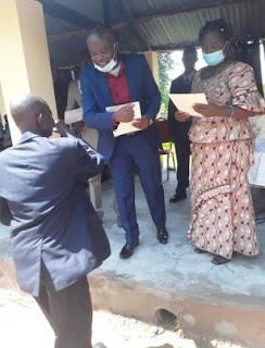 Remise des attestations par l'Administrateur du Territoire et Mme le Médecin Chef de zone de santé de Kasongo-Lunda