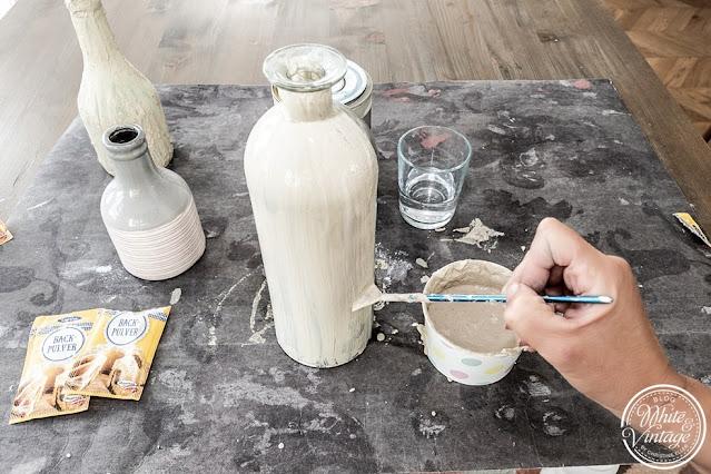 Flaschenvasen im Terrakotta-Look selbermachen