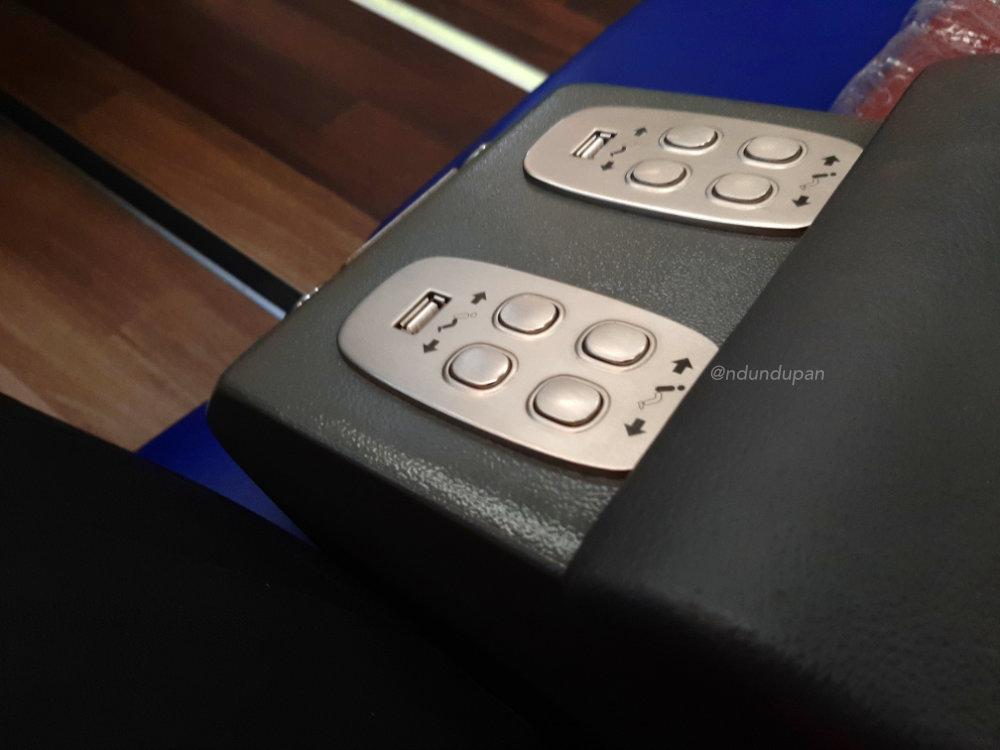 Tombol pengaturan kursi di kereta api Gajayana Luxury