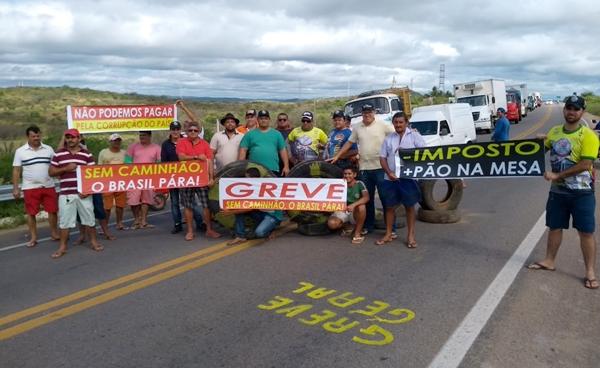 Caminhoneiros bloqueiam estrada vicinal entre RN de Japi e Santa Cruz