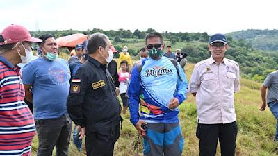 Saksikan Paralayang Di Bukit Bujang PituE, Rombongan Bupati Sidrap Abaikan Protokol Kesehatan
