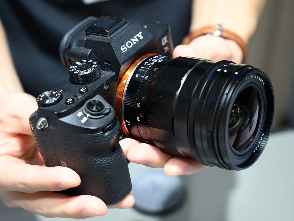 Объектив Voigtlander Nokton 21mm f/1.4 FE с камерой Sony A7R III