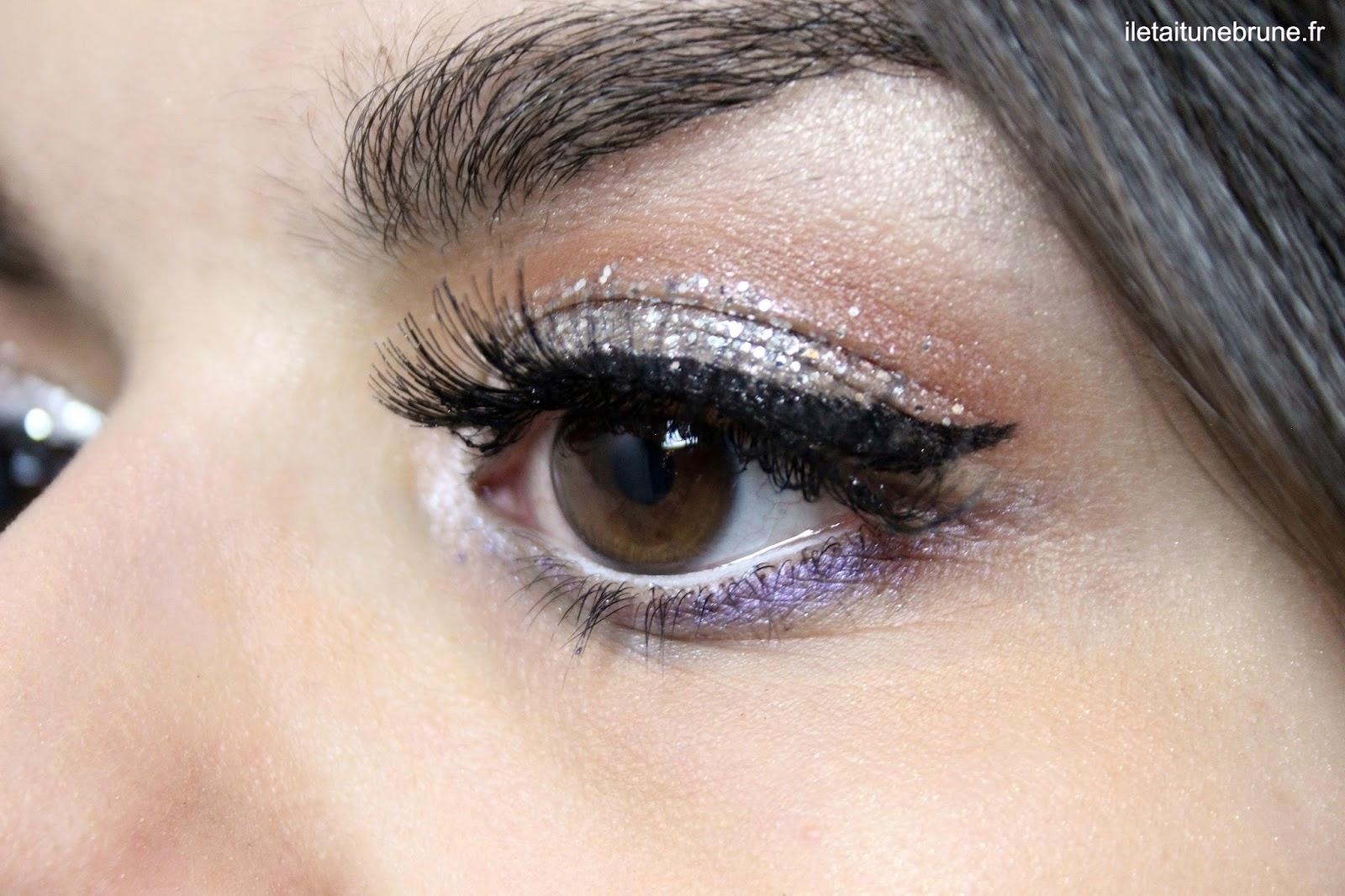 Maquillage des yeux pailleté et underliner violet