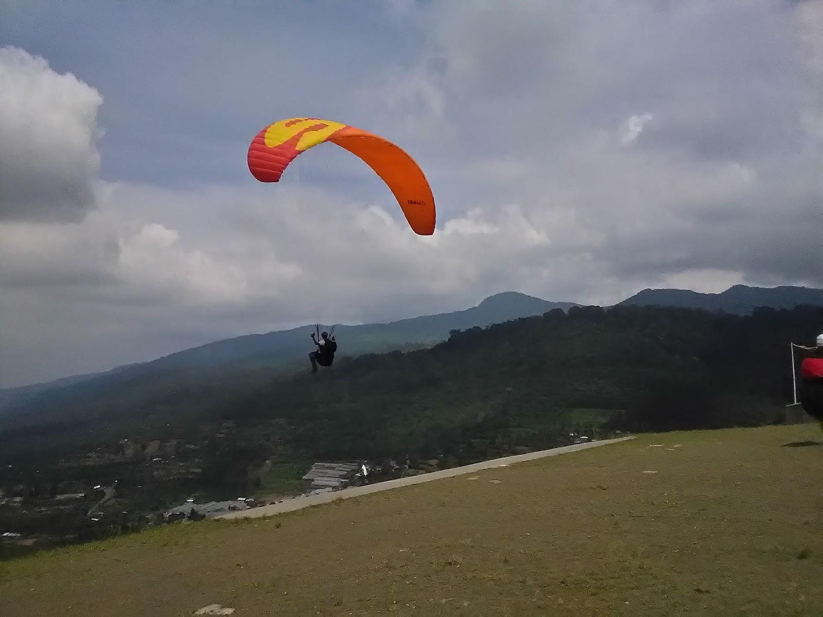 terbang dengan paralayang di bukit gantole, bogor