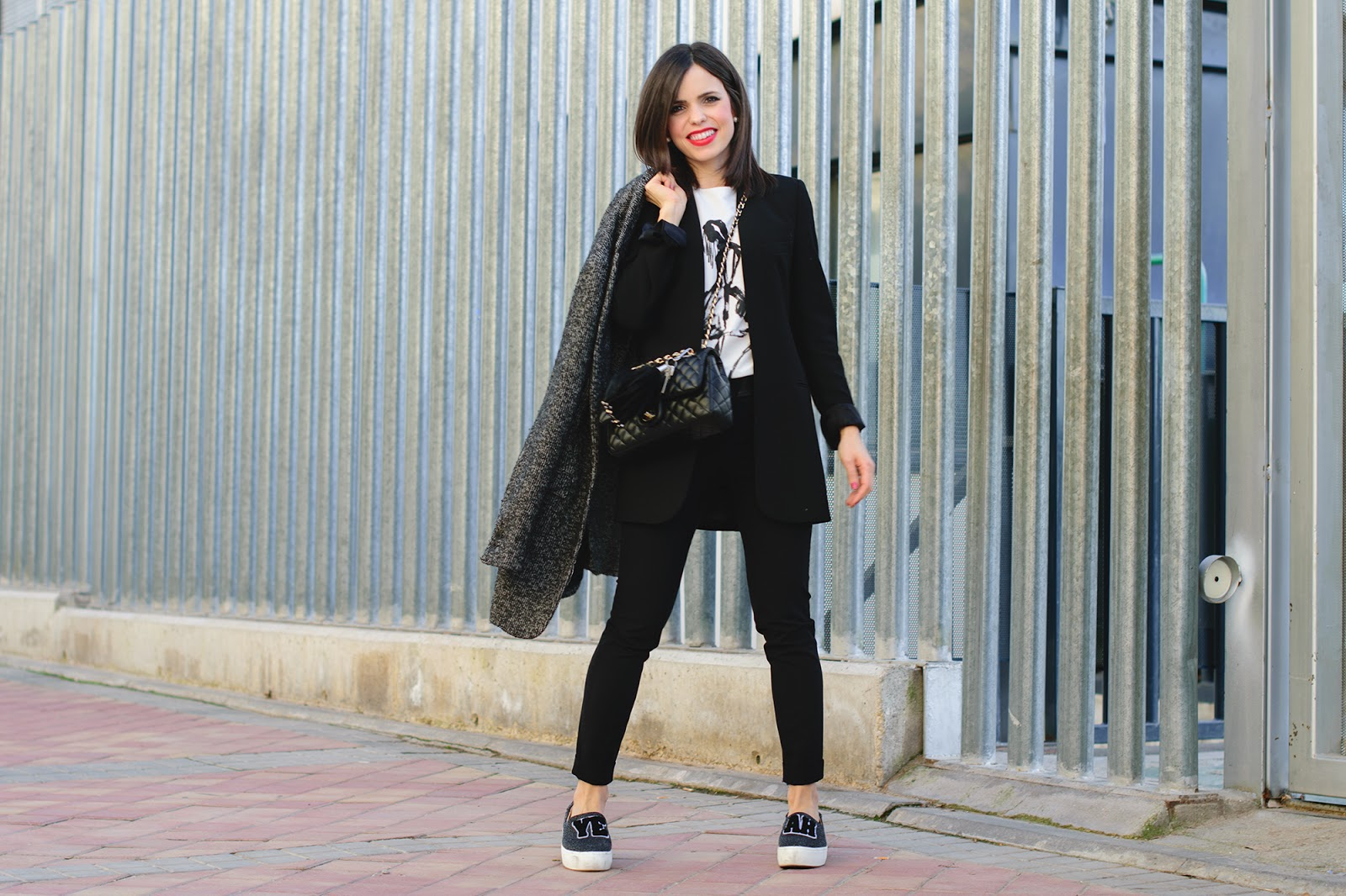 Working look con sneakers de Zara
