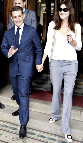 Foto de Nicolas Sarkozy caminando de la mano con Carla Bruni