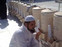 Subhanallah, 7 Manfaat Air Zam Zam Yang Wajib Kamu Ketahui