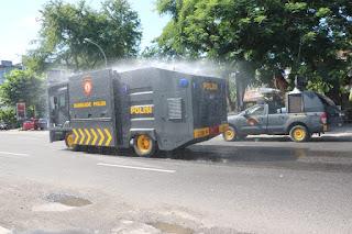Cegah Covid19, Polda NTB Lakukan Disinfektan Ruas Jalan Kota Mataram