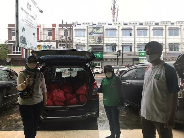 AKHI Provinsi Lampung  membagikan bingkisan hari Raya Idul Fitri  kepada kaum dhuafa
