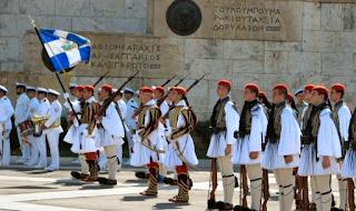 Οι Ευζωνες παρέλασαν στο Σύνταγμα – «Μακεδονία ξακουστή» από τη μπάντα του Πολεμικού Ναυτικού στο Σύνταγμα