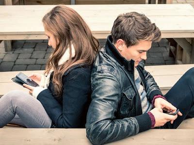 5 Alasan Media Sosial Bisa Menghancurkan Hubungan Asmara