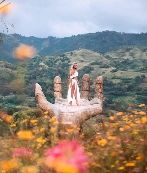 Nằm ở vùng núi của Barangay Sirao, khu vườn Sirao hay Little Amsterdam rộng 8.000 m2, được trồng rất nhiều loại hoa khác nhau với vô vàn góc check-in lý tưởng. Bàn tay khổng lồ làm từ xi măng là một trong số đó.
