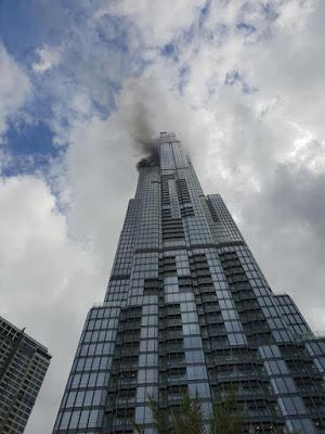 Tòa nhà Landmark 81 bất ngờ bốc khói trên đỉnh tháp tầng 64