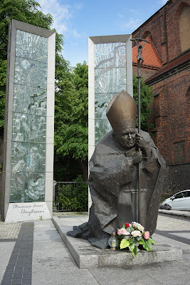 Przed katedrą: pomnik papieża Polaka
