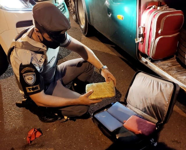 Policiais notam nervosismo em passageiro e localizam mais de 5 quilos de maconha em mala