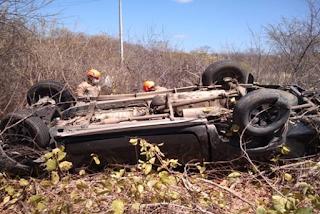 Carro capota em rodovia do interior da PB; motorista morre preso às ferragens