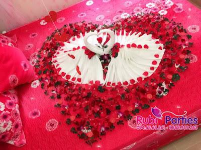 Trang tri phong cuoi voi canh hoa va doi thien nga