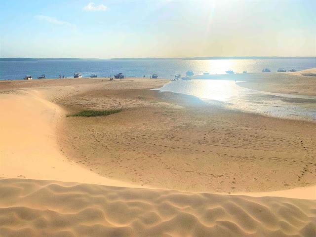 dunas de areia em frente a um delta