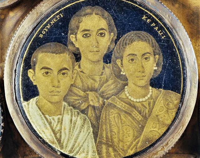 Medalló d'origen alexandrí del s.III encastat a la Creu de Desideri (s.IX). Museo di Santa Giulia, Brescia Tradicionalment s'havia considerat que representaven Gal·la Placídia (dreta), Honòria i Valentinià, teoria avui desestimada