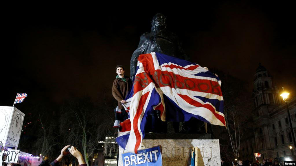 La gente celebra ante la estatua de Winston Churchill el día del Brexit en Londres, Reino Unido, el 31 de enero de 2020 / REUTERS