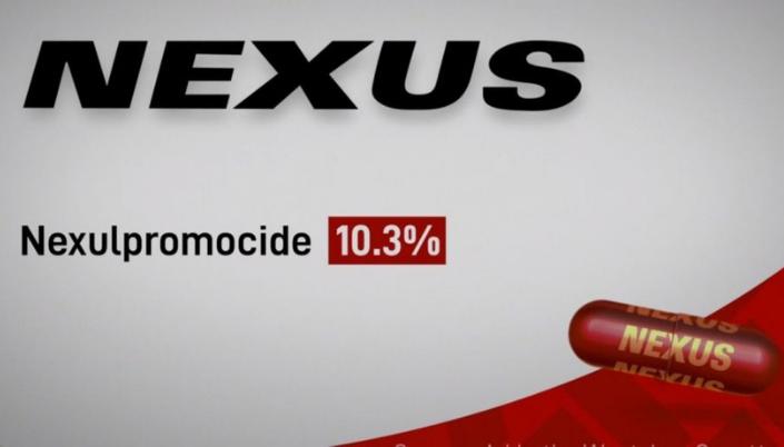 Imagem: o remédio Nexus, no comercial de WandaVision, apresentando uma caixinha branca com detalhes vermelhos e o nome Nexus em preto, e uma pílula vermelha na frente.