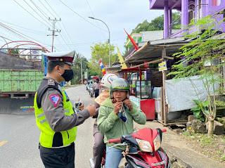 Bagikan Masker Ke Pengendara, Personil Satlantas Polres Enrekang Ikut Mencegah Penyebaran Covid 19