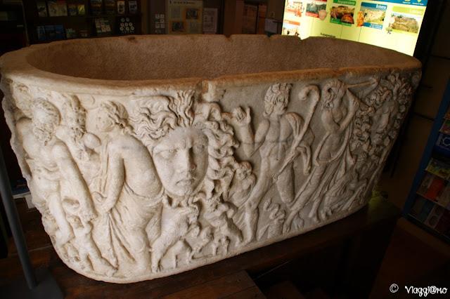 Sarcofago a vasca in marmo greco, presente al museo di Bolsena