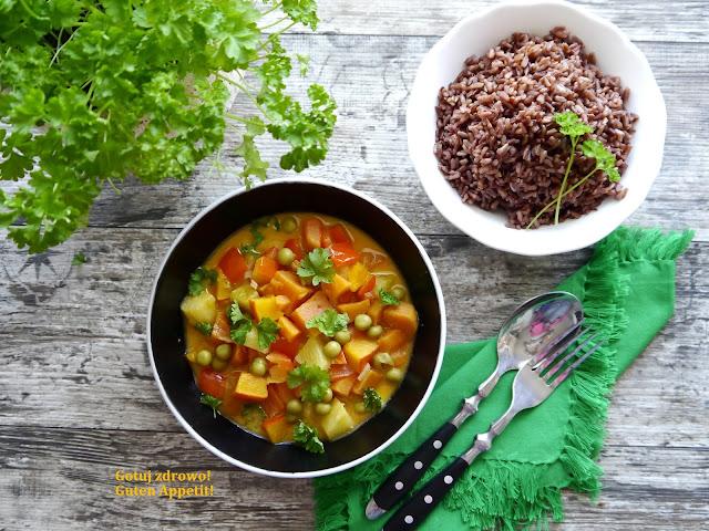 Curry z batatem, dynią, ananasem i czerwonym ryżem - Czytaj więcej »