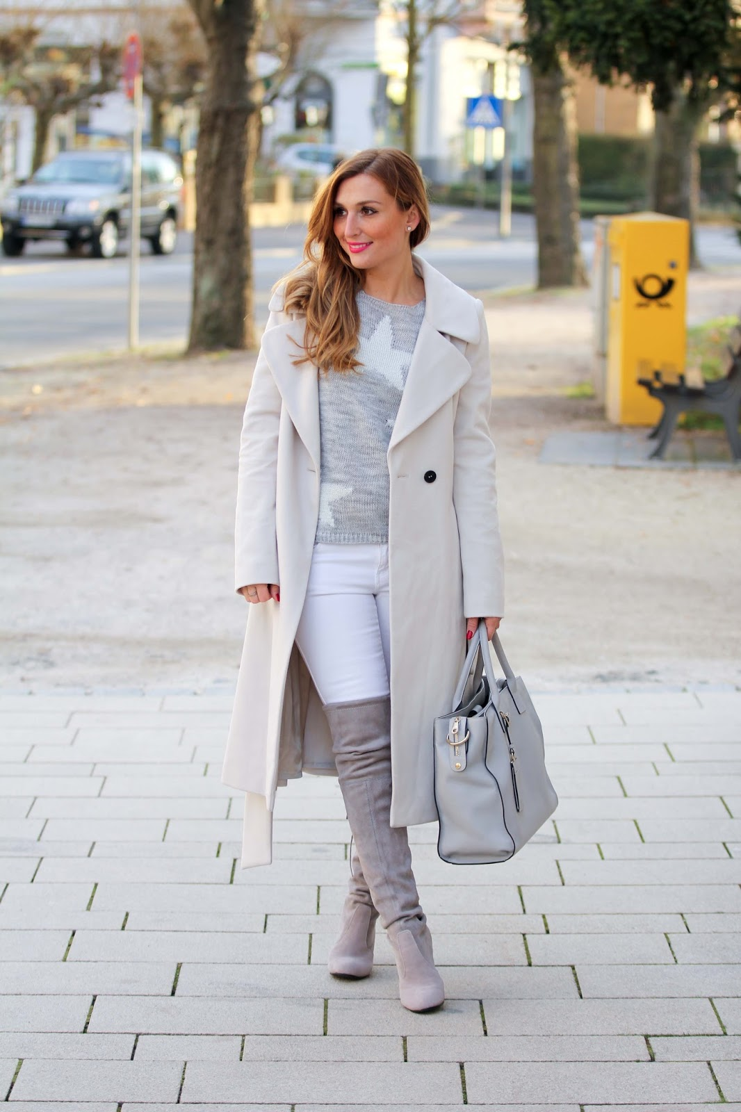 Overknees-Blogger-mit-Overknees-Start.Weitzman-Fashionstylebyjohanna-graue-Overkness-Jessica-Buurman-Jessica-Buurman-Schuhe-weißer-Mantel