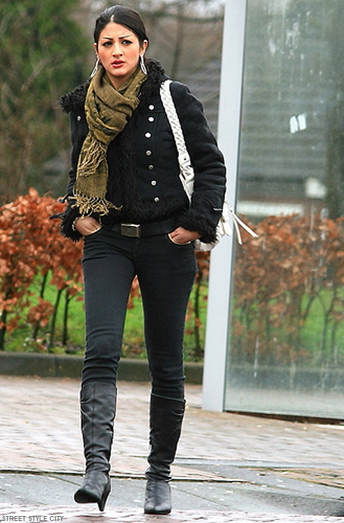 Woman wearing her black winter outfit in the street. Street style fashion,
