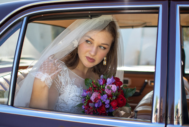 Bride arriving in the wedding car
