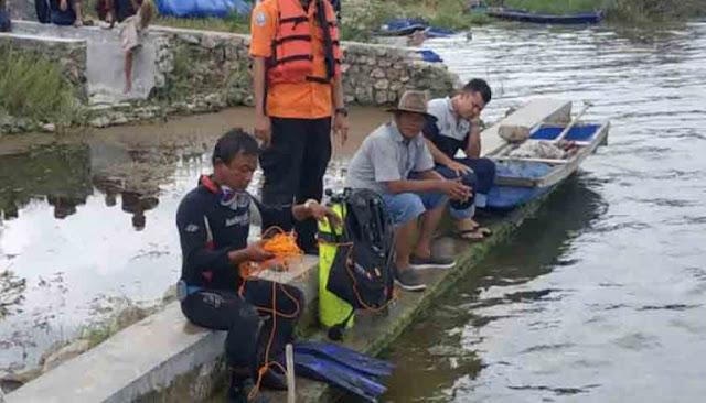 Timsar melakukan pencarian terhadap korban yang tenggelam di Danau Toba.