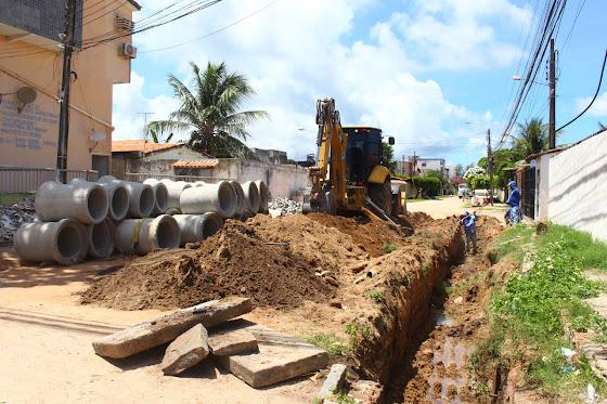 Após ser vacinado, Yves vistoria obras de pavimentação e drenagem no município