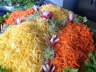 Réalisation d'une salade de carottes bi-colores pour buffet froid,radis,pousse de poireau