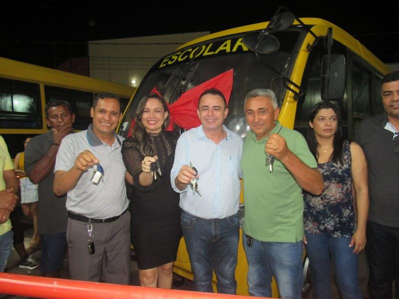 Erlânio Xavier entrega ônibus escolares e realiza sorteio em dinheiro para os profissionais da saúde em Igarapé Grande.