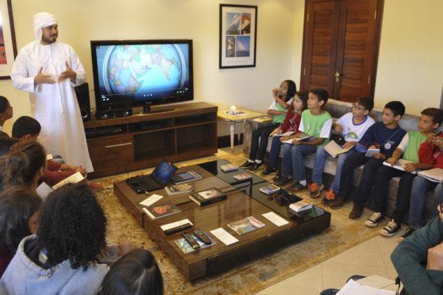 Emirados expõem aspectos da sua cultura para estudantes de São Sebastião