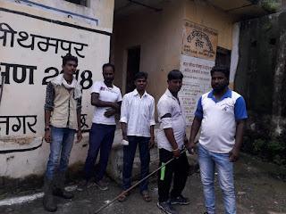 सफाई कर्मचारियों ने काली पट्टी बांधकर जताया विरोध