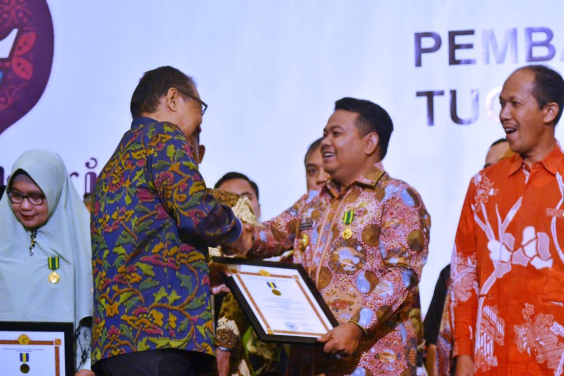 Walikota Tanjungbalai H M Syahrial saat menerima penghargaan Bhakti Koperas