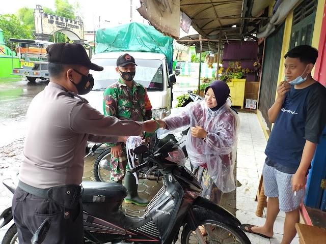 Sinergi TNI Polri, Bagikan Masker di Pasar Tersono