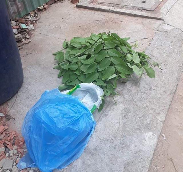 Bé trai sơ sinh còn nguyên dây rốn bị bỏ trong túi nylon, bên trong có một ít vải, quần áo, bên ngoài được quấn băng keo, sau đó bỏ vào thùng rác trên tuyến đường thuộc phường Bình Hưng Hòa, quận Bình Tân.