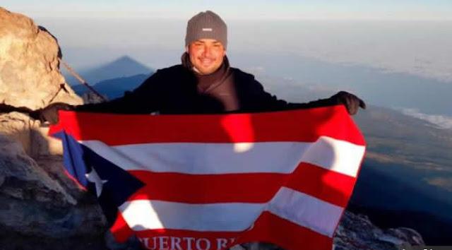 El cantante boricua Manny Manuel llevó la bandera de su país, Puerto Rico, al punto más alto de la geografía española, el volcán del Teide en la isla canaria de Tenerife, con una altitud de 3.7182 metros sobre el nivel del mar.