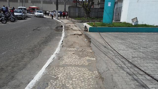 Calçadas abandonadas em Alagoinhas atrapalham pedestres
