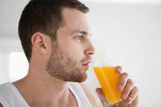 homem tomando suco