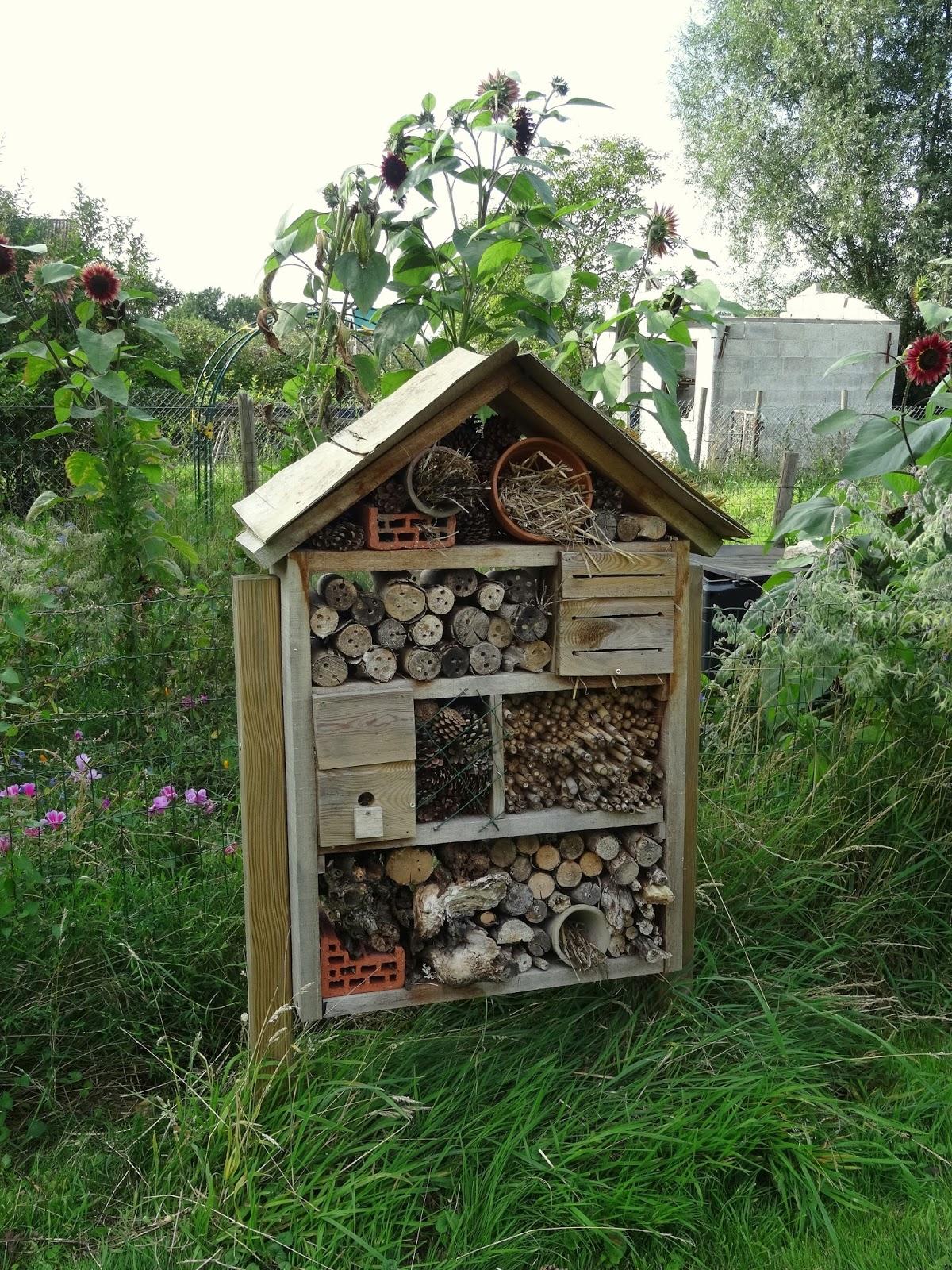 Le blog du bricolage idiot h tel insectes - Que peut on mettre dans un composteur de jardin ...