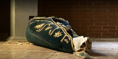 imagem de Nossa Senhora Aparecida jogada no chão e quebrada