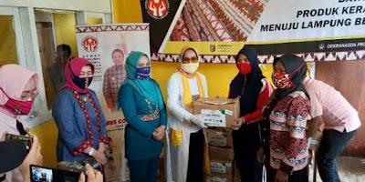 Riana Sari Arinal Serahkan Bantuan Sembako ke Pengrajin dan Kelompok UP2K PKK Lampung Barat