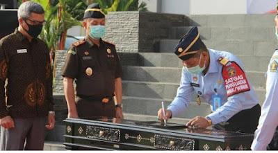 JANJI KINERJA: Kakanwil Kemenkumham NTB disaksikan Wakajati NTB dan Ketua Ombudsman Perwakilan NTB menandatangani janji kinerja Zona Integritas menuju Wilayah Bebas Korupsi dan Wilayah Birokrasi Bersih Melayani